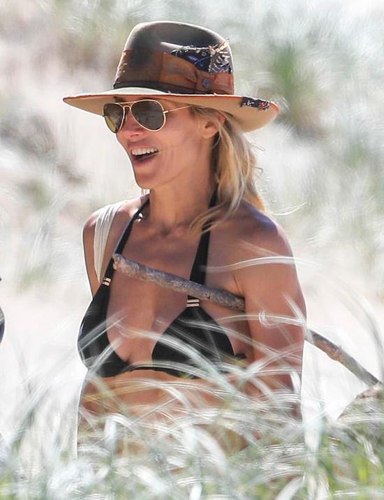 Elsa cùng chồng trekking dọc bãi biển. Người đẹp phim Fast and Furious từng tâm sự rằng chuyển đến Australia sống là quyết định sáng suốt nhất đời cô.