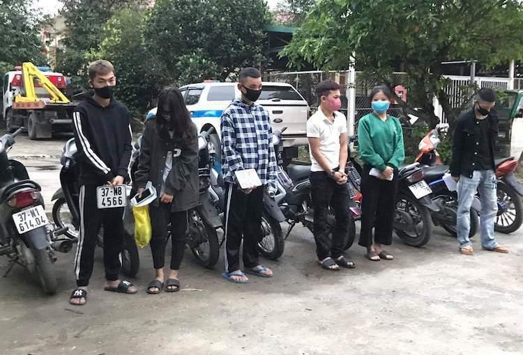 Nhóm thanh niên vi phạm. Ảnh: Nguyễn Ngọc Tú.