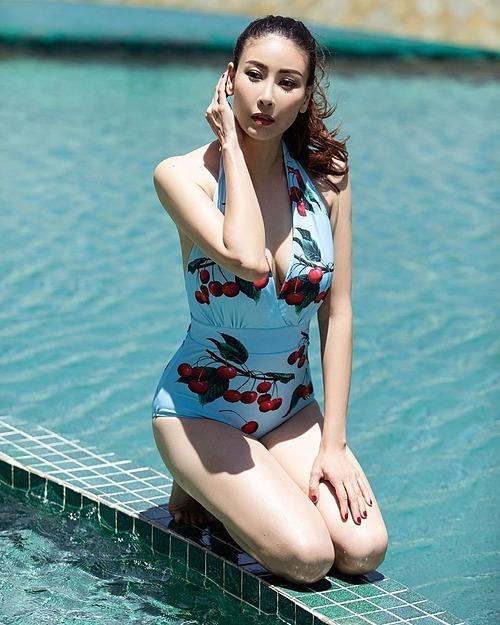 Hoa hậu Hà Kiều Anh khoe nhan sắc xinh đẹp ở tuổi 44 bên hồ bơi.