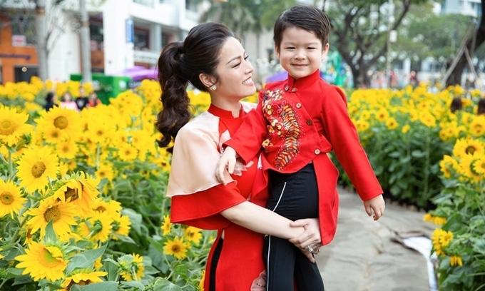 Nhật Kim Anh bên con trai trước Tết Nguyên đán.