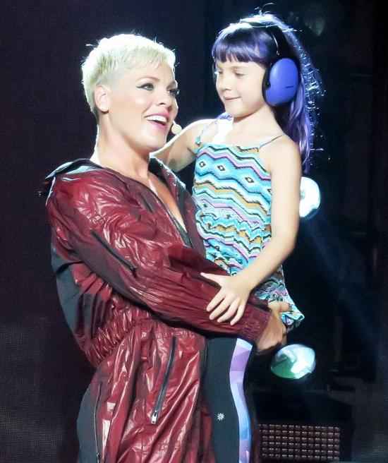 Pink và con gái 9 tuổi cùng góp tiền ủng hộ các bác sĩ.