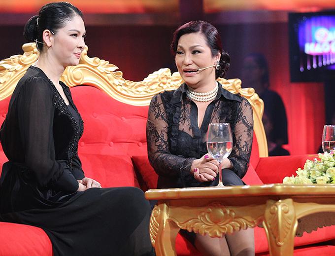 Thủy Hương (trái) và Cindy Thái Tài trong một talkshow. Họ gắn bó với nhau suốt nhiều năm qua.