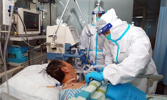 Một bệnh nhân Covid-19 nặng được đặt ống dẫn khí tại một bệnh viện ở Vũ Hán. Ảnh: Cnnews.