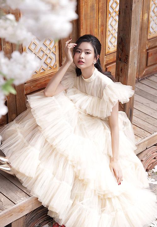Trương Quỳnh Anh lộng lẫy với váy màu kem, kiểu dáng cổ điển, kín đáo. Cô mong dịch bệnh sớm được kiểm soát để trở lại phim trường, sân khấu ca nhạc gặp gỡ đồng nghiệp, khán giả.