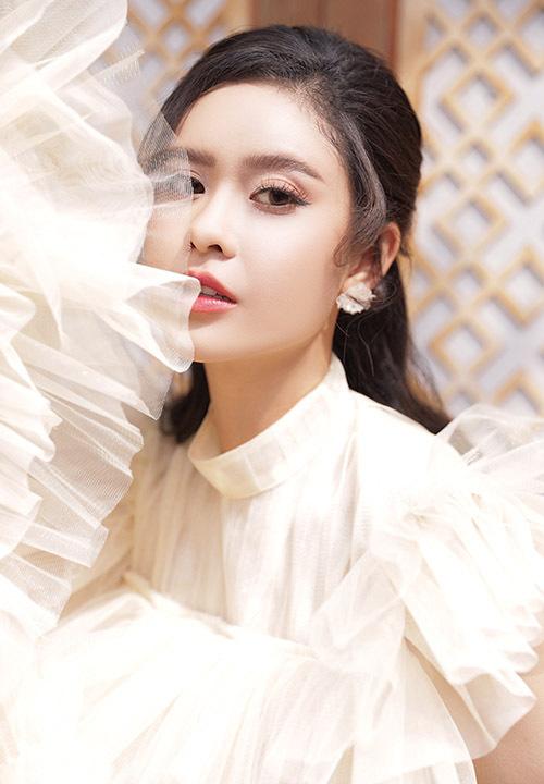 [CaptionPhoto: Trung Trần  Makeup: Hoàng Trang Bùi  Stylist: Nguyễn Chí Cường