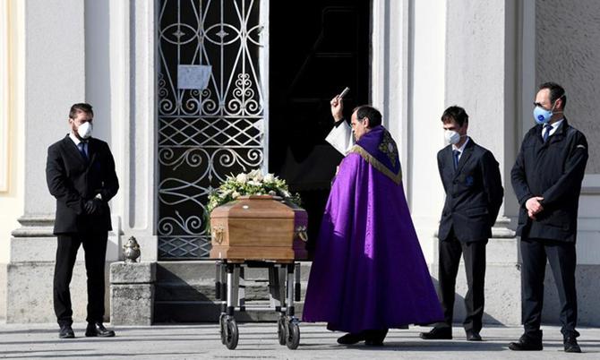 Linh mục làm lễ cho một nạn nhân Covid-19 ở thị trấn Seriate, phía bắc Italy hôm 28/3. Ảnh:Reuters.