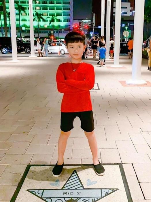 Rio (Nguyễn Hạo Nhiên) là anh cả trong nhà. Năm nay, cậu bé lên 9 tuổi. Rio sở hữu nhiều nét giống mẹ. Dù còn nhỏ tuổi, cậu giúp mẹ làm việc nhà, chăm sóc các em. Ngoài việc học, cậu dành thời gian để vui đùa cùng em, đọc truyện cho em nghe.