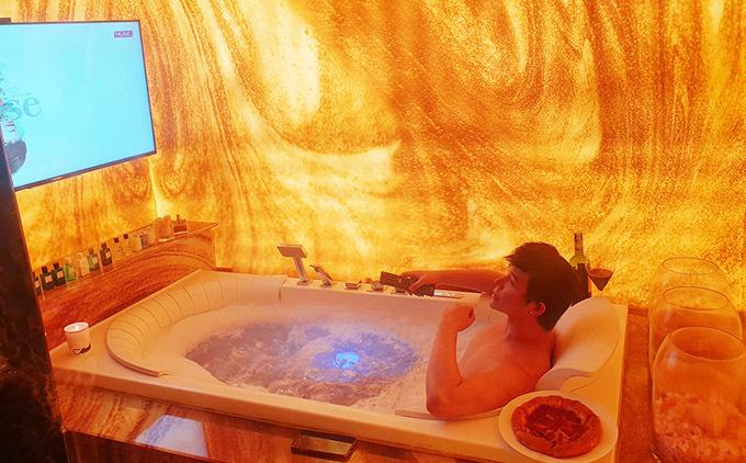 Phòng tắm của anh lắp cả tivi. Nathan Lee vừa thư giãn trong bồn tắm vừa nghe single Please anh vừa phát hành tối 6/4.