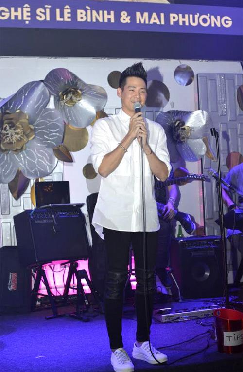 Phùng Ngọc Huy biểu diễn trong chương trình gây quỹ ủng hộ Mai Phương và nghệ sĩ Lê Bình, hồi tháng 9/2018 tại Mỹ.