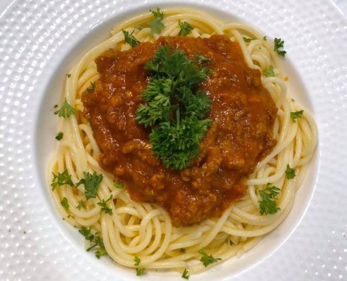 Mì spaghetti sốt bò bằm cũng là một trong những món mà Tóc Tiên đã làm khá rành. Đối với cô, để chế biến món nước sốt ngon không khó khăn. Vị nguyên bản hơi chua nên cô gia giảm thêm gia vị cho hợp với khẩu vị của mình. Món ăn được trang trí đẹp mắt, nhìn hấp dẫn.