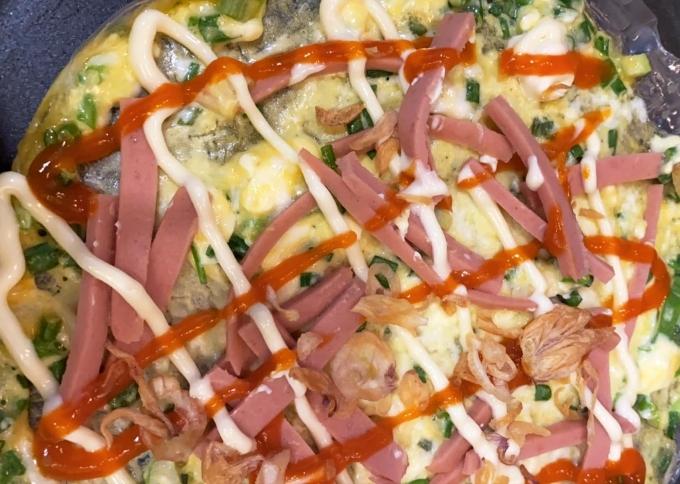 Kể cả những món ăn vặt yêu thích như bánh tráng nướng cô cùng có thể xử lý được. Thế nhưng do mua phải bánh tráng bị mềm nên hơi khó nướng.