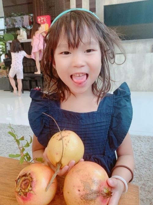 Cô bé yêu thích việc làm vườn cùng mẹ. Minh Hà cho con tự do hoạt động để có trải nghiệm thực tế. Không gì tốt hơn để con có một tuổi thơ thoải mái, vui vẻ, cô nói.