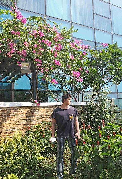 Căn hộ nằm trên tầng cao một toà nhà toạ lạc ở đường Đồng Khởi. Khi có show biểu diễn ở các tụ điểm thuộc tung tâm Sài Gòn như phố đi bộ Nguyễn Huệ hay Nhà hát Thành phố, Nathan Lee thường đi bộ.