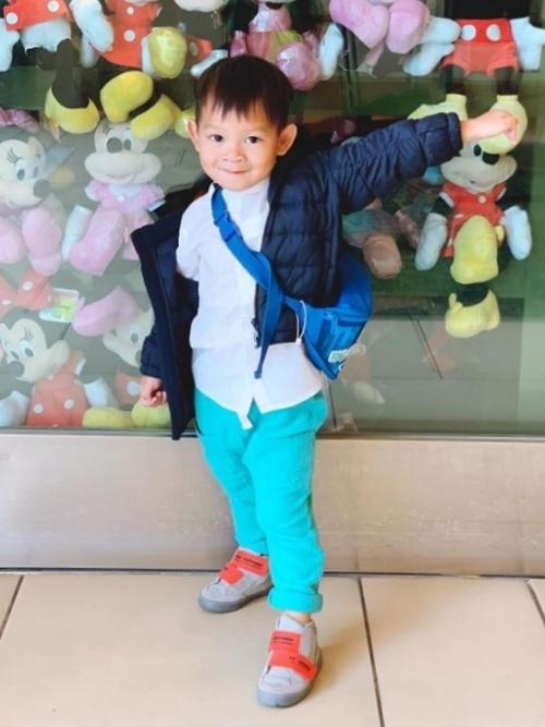 Mio (Nguyễn Phi Phong) năm nay 4 tuổi, là con trai út của Lý Hải – Minh Hà. Lúc sinh Mio, Minh Hà mất 12 tiếng. Chắc do vậy mà Mio khá lì, cô kể. Cậu bé là thành viên nghịch nhất của gia đình. Vì là em út, Mio rất hay gây sự với anh chị. Cậu được mẹ Hà giáo huấn cách cư xử mỗi ngày.