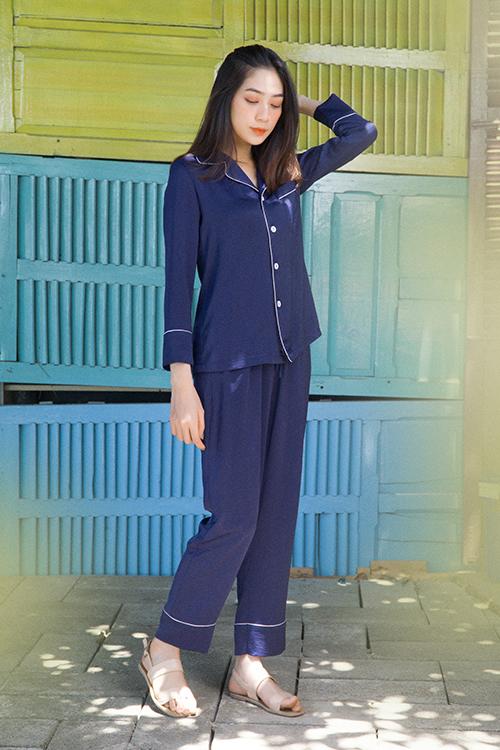 Nắm bắt nhu cầu sử dụng trang phục ở nhà tránh dịch, nhà thiết kế Nguyễn Hà Nhật Huy giới thiệu các mẫu pyjama kiểu dáng thanh lịch.