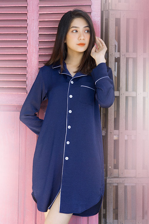 Váy suông nhẹ nhàng với chi tiết cổ pyjama được trang trí viền trắng thanh nhã trên nền xanh của tổng thể.