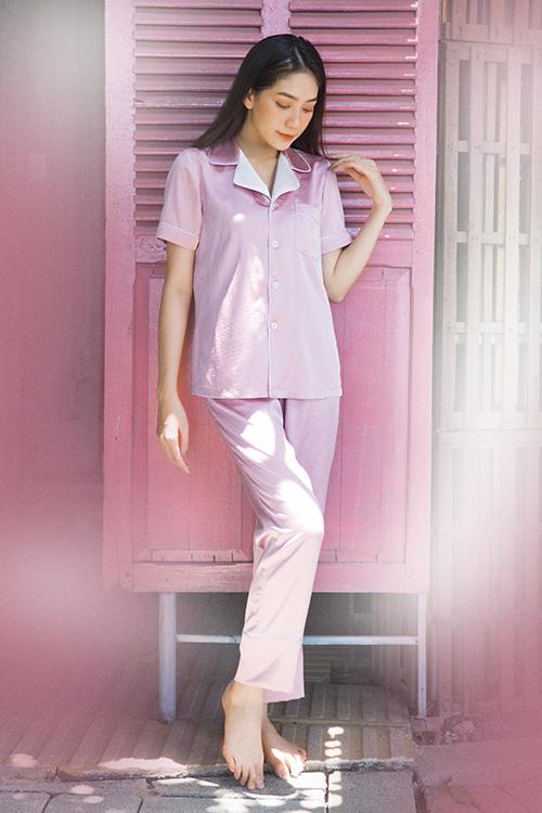 Nhà mốt sử dụng tông màu đơn sắc như xanh, hồng phấn, hồng thạch anh, trắng, tím pastel để xây dựng trang phục hợp mùa nóng.