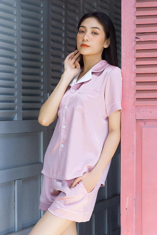 Pyjama lụa dành cho mùa hè còn có các dáng tay ngắn đi kèm short mang lại sự tự do cho phái đẹp.