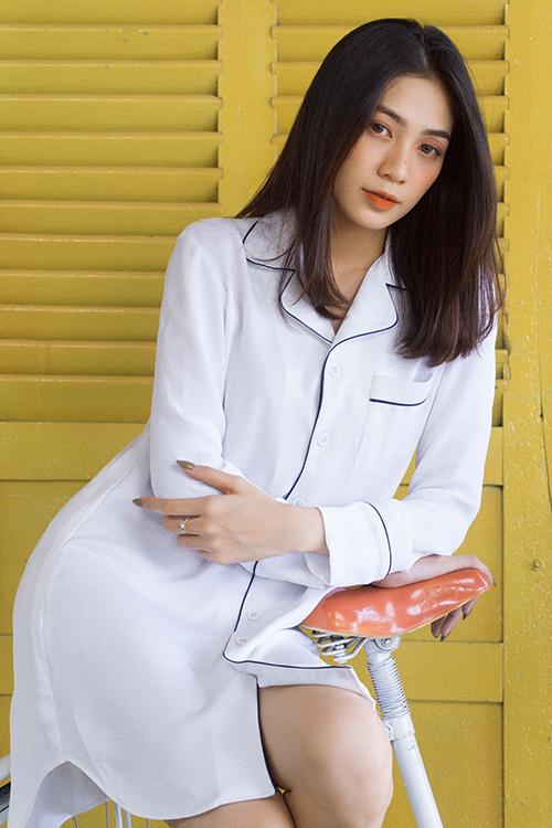 Váy cổ pyjama thiết kế trên lụa trắng được trang trí đường viền màu tương phản.