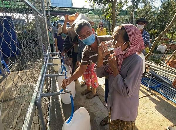 Người dân thoải mái đến các trạm lấy nước uống trực tiếp và về nấu ăn.