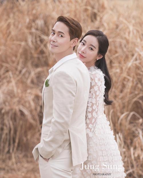 Kim Sang Hyuk và vợ trong ngày cưới.