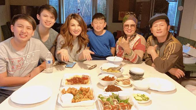 Bằng Kiều quây quần bên mẹ, vợ cũ và ba con trai.