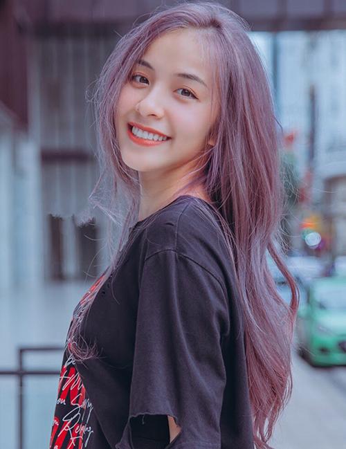 Nữ diễn viên không ngại thay đổi màu tóc rực rỡ để thể hiện cá tính.