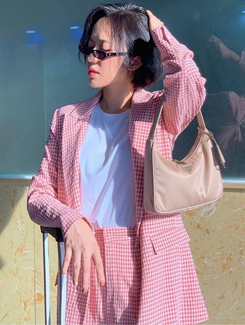 Ngoài mẫu túi kẹp nách tông đen được loạt sao Việt yêu thích, Diệu Nhi chọn thêm màu pastel để phối đồ tôn nét nữ tính.