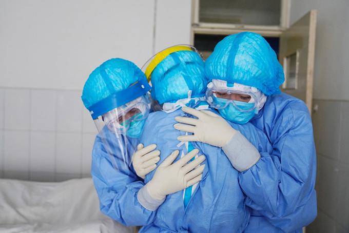 Các nhân viên y tế ở một bệnh viện tỉnh Sơn Đông ôm động viên nhau. Ảnh: AFP.