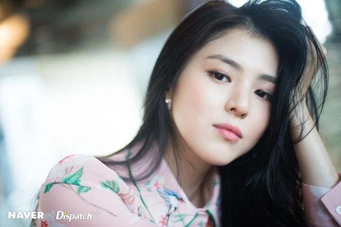 Tốt nghiệp cấp ba, Han So Hee chuyển tới Seoul, vừa làm nhiều nghề để kiếm sống vừa tìm kiếm cơ hội đóng phim. Trong một lần trả lời phỏng vấn, người đẹp từng kể: Ngoại trừ cửa hàng tiện lợi và tiệm Internet, hầu như nghề nào tôi cũng từng làm.