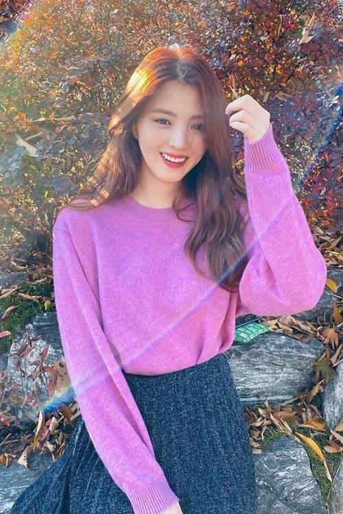Lúc So Hee còn nhỏ, bố mẹ cô thường xuyên bận rộn làm ăn bên ngoài. Vì vậy, tuổi thơ của cô gắn bó với bà nội nhiều hơn. Yêu thích xem phim, bà của So Hee mong cháu gái khi lớn lên sẽ trở thành diễn viên. Được bà nội ảnh hưởng, cô thực sự theo đuổi công việc này.