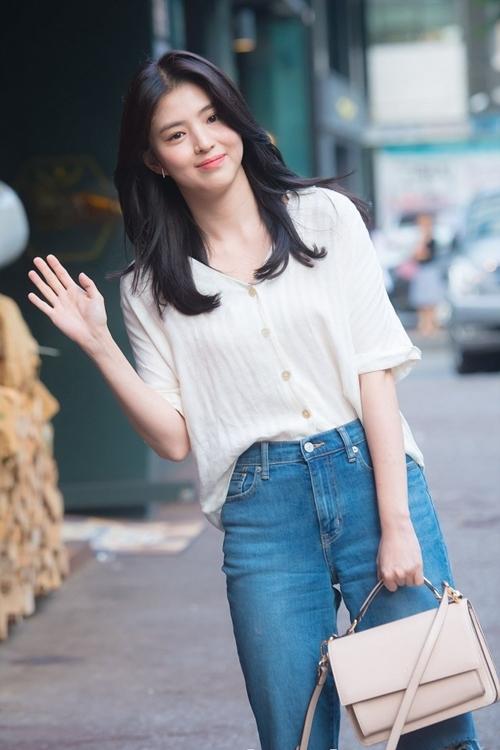 Thời làm việc ở quán bar, Han So Hee kết bạn với một nhiếp ảnh gia. Người này giúp cô thực hiện một bộ ảnh dùng làm hồ sơ cá nhân. Sau khi các tấm ảnh loan truyền, cô được chú ý trên mạng, nhận nhiều hợp đồng quảng cáo. Dù vậy, mục tiêu của So Hee vẫn là trở thành diễn viên. Mãi tới năm 2017, ý nguyện này của cô mới được thực hiện với vai phụ trong phim Reunited Worlds. Kế đó, cô đóng các phim Money Flower, 100 Days My Prince, After The Rain, Abyss. Thế giới hôn nhân (The World of The Married) là tác phẩm mới nhất của So Hee. Ở các phim này, cô chủ yếu vào vai cô gái hư hỏng.