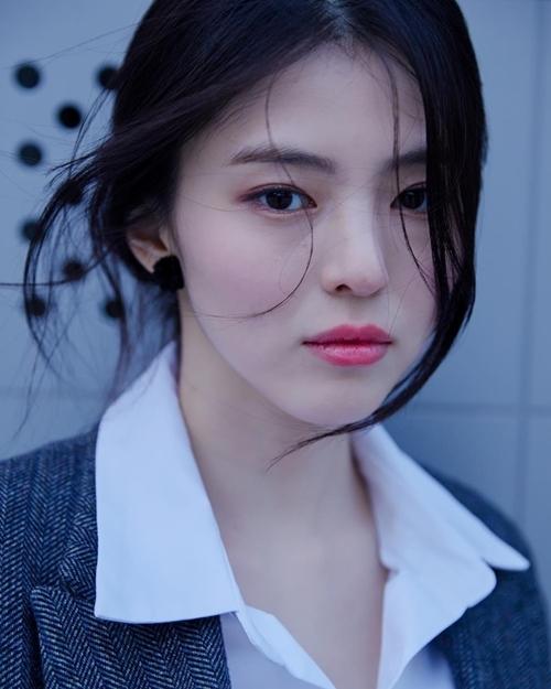 Han So Hee được nhận xét có khuôn mặt giống Song Hye Kyo. Dân mạng gọi cô là tiểu Song Hye Kyo, bản sao Song Hye Kyo, Song Hye Kyo phiên bản Ulsan. Có một dạo, Han So Hee vướng tin đồn dao kéo nhan sắc. Cô trực tiếp phủ nhận điều này: Tôi mang vẻ ngoài tự nhiên giống hệt như mẹ tôi.