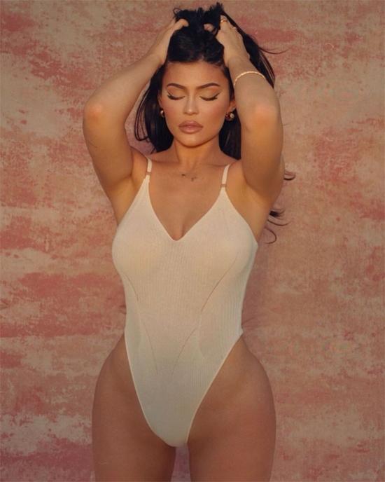 Ngoài kinh doanh, Kylie còn kiếm tiền với vai trò người mẫu thời trang trên Instagram và diễn viên truyền hình thực tế.