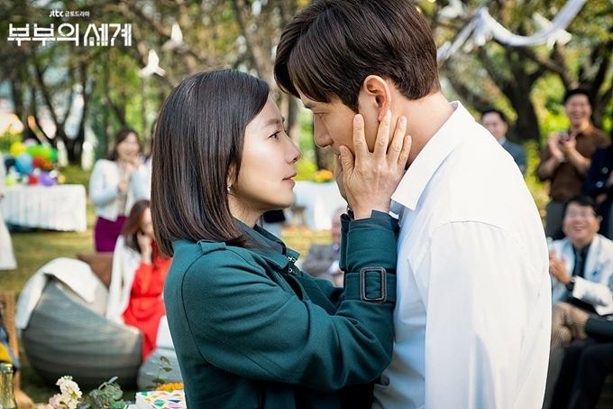 Vợ chồng Sun Woo - Tae Oh đeo mặt nạ khi đối diện với nhau.