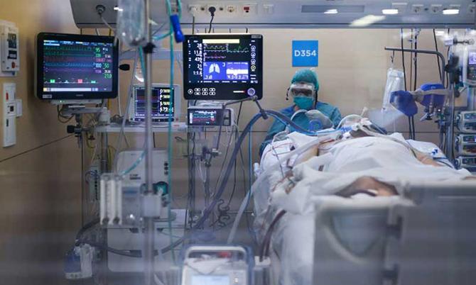 Một bệnh nhân Covid-19 được điều trị tại ICU ở một bệnh viện Pháp. Ảnh: AP.