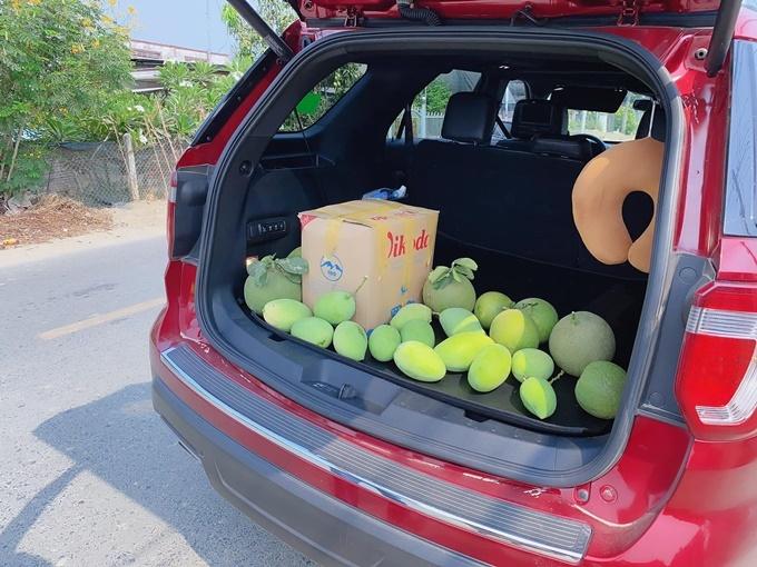 Hoa quả chất đầy trong thùng xe. Minh Chuyên cho biết gia đình cô thích ăn trái cây nhưng ít người nên số nông phẩm này phải một tuần mới hết.