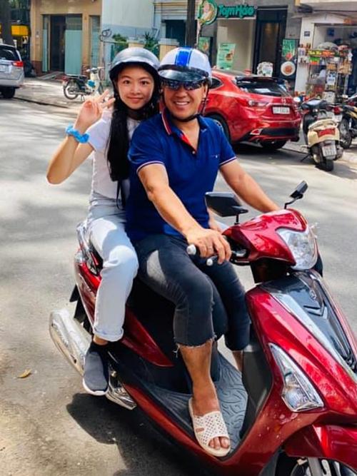 Hai bố con Quyền Linh viu vu bằng xe máy.