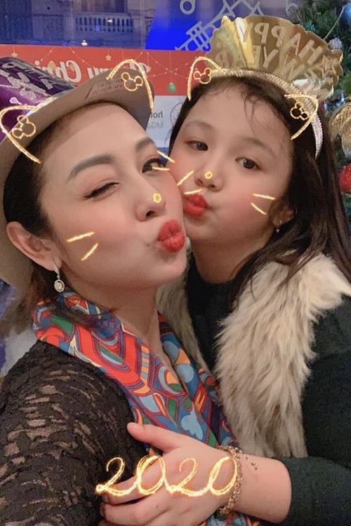 Bé Na và mẹ - hoa hậu Jennifer Phạm - dịp Tết Nguyên đán 2020.