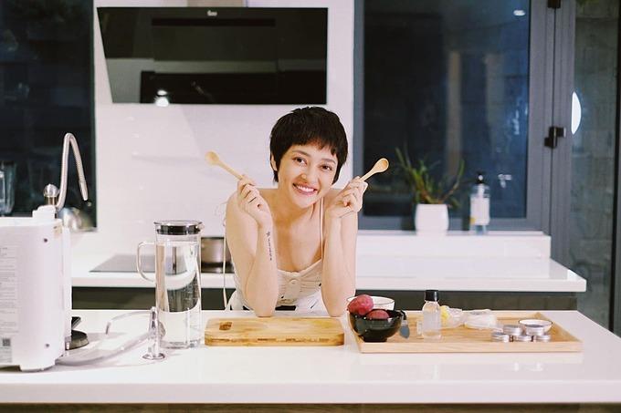 Ca sĩ Bảo Anh vào bếp tự làm son dưỡng môi tự nhiên bằng các loại rau củ.