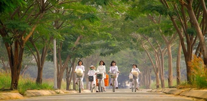 Cảnh phim các cô gái mặc áo dài trắng đạp xe.