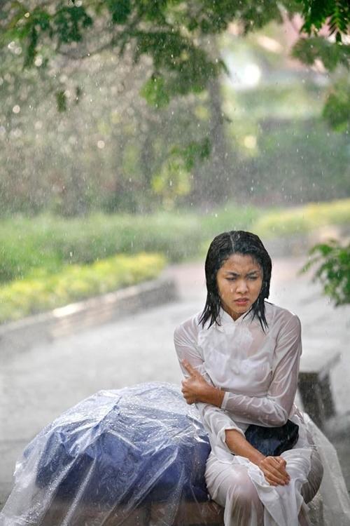 Cảnh mưa là một trong các cảnh phim vất vả nhất của cả đoàn. Vì bối cảnh công viên quá rộng, người dân đi lại, tập thể dục đông. Nhân viên đoàn gặp khó khăn trong việc ngăn cản người đi qua chỗ quay phim, lọt vào khung hình.