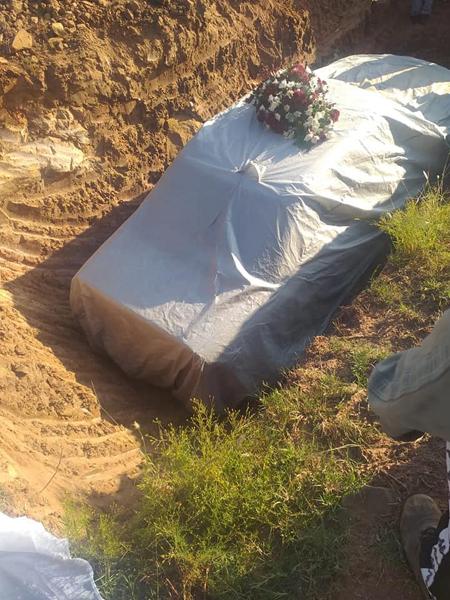 Chiếc Mercedes cùng thi thể ông Pitso được cho vào huyệt sâu 2,5 m do máy xúc đào trên phần đất chôn cất của gia đình. Ảnh: Facebook.
