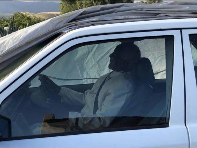 Thi thể ông Pitso được đặt ngồi ở ghế lái và hạ huyệt. Ảnh: Facebook.