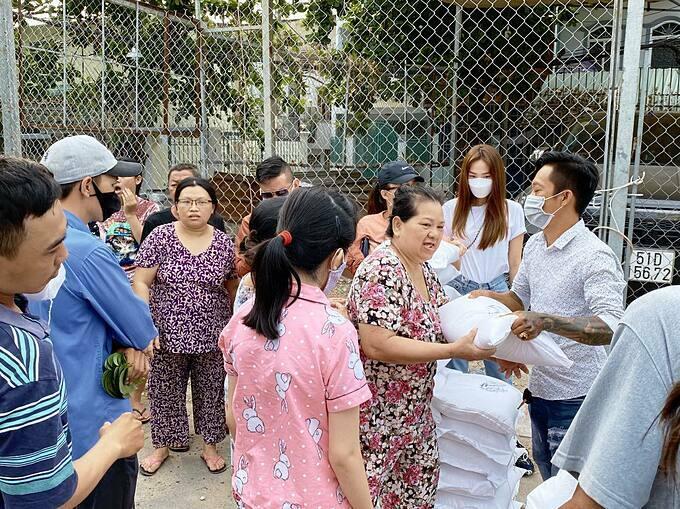 Minh Hằng tặng gạo giúp đỡ người nghèo vượt qua giai đoạn khó khăn.