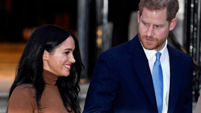 Vợ chồng Harry - Meghan thăm Canada House ở London hôm 6/1. Ảnh: PA.