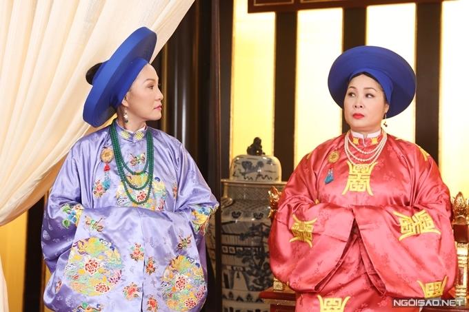 Nghệ sĩ Hồng Đào (trái) và NSND Hồng Vân trong tạo hình phi tần triều Nguyễn.