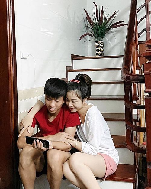 Vợ chồng cầu thủ Phan Văn Đức tình cảm khi xem phim.