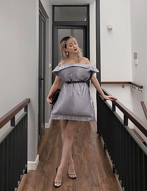 Fashionista SunHT với phong cách khá điệu đà khi tham gia thử thách thời trang cùng gối mùa dịch.