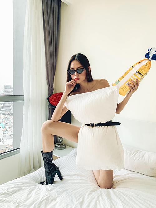 Trước khi đi ngủ, người mẫu Thuỳ Dương cũng kịp tham gia trò chơi khiến chị em thế giới yêu thích. Cô còn khuyến khích bạn bè cùng tham gia thử thách này.